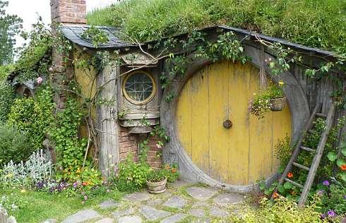 Hobbit house designs inspiring habitats for hobbits for Hobbit inspired house